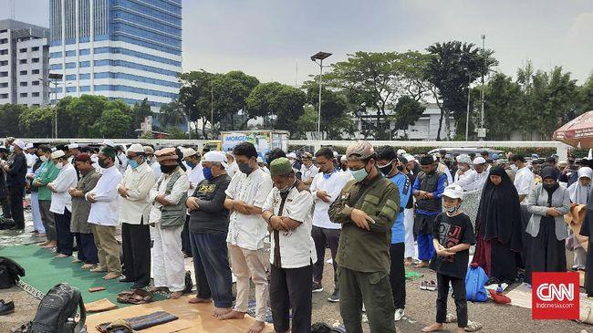 Massa pengunjuk rasa tolak Rancangan Undang-Undang Haluan Ideologi Pancasila (RUU HIP) menggelar salat Zuhur di depan gerbang area kompleks MPR/DPR, Rabu (24/6).