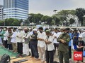 Massa Aksi Tolak RUU HIP Salat di Depan DPR, Saf Rapat