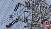 Teknisi mengganti sambungan listrik saluran listrik udara (sutet) di kawasan Kalimalang, Bekasi, Rabu, 24 Juni 2020. Resesi ekonomi Indonesia apabila pertumbuhan ekonomi nasional kuartal III 2020 negatif, menyusul kuartal II. CNNIndonesia/Safir Makki