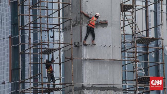 Pekerja menyelesaikan proyek LRT di kawasan Kuningan, Jakarta, Rabu, 24 Juni 2020. Bila laju perekonomian mencapai minus, maka sudah dapat dipastikan Indonesia mengalami resesi ekonomi. CNNIndonesia/Safir Makki