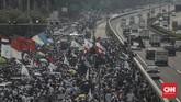Massa pengunjuk rasa tolak Rancangan Undang-Undang Haluan Ideologi Pancasila (RUU HIP) menggelar aksi demo di depan gerbang area kompleks MPR/DPR, Rabu, 24 Juni 2020. CNN Indonesia/Bisma Septalisma