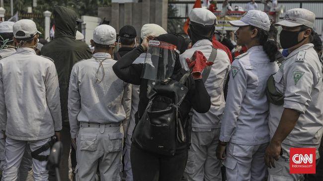 Ratusan orang simpatisan Rizieq Shihab menggelar demonstrasi di Polres Metro Bekasi Kota, Selasa (15/12). Mereka menuntut pentolan FPI itu dibebaskan.