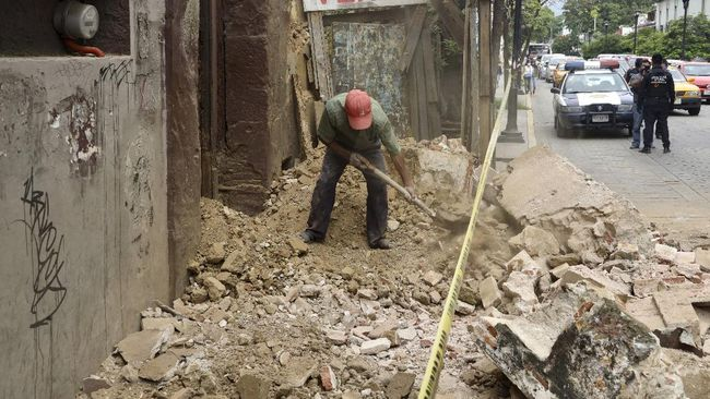 A man removes rubble from a building damaged by an earthquake in Oaxaca, Mexico, Tuesday, June 23, 2020. (AP Photo/Luis Alberto Cruz Hernandez)