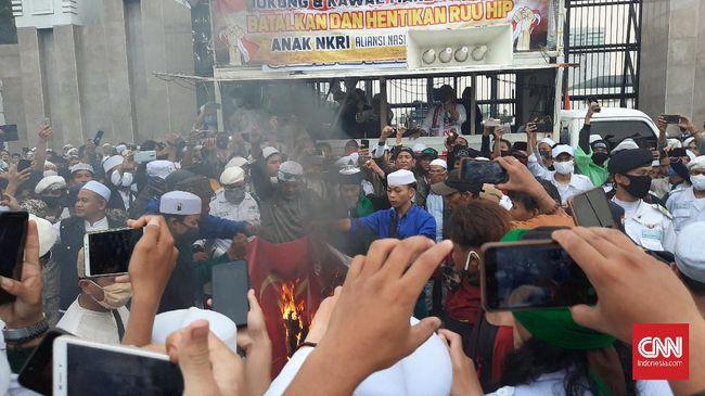 Massa Tolak RUU HIP di DPR Bakar Bendera PKI