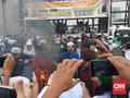 Aksi Bakar Bendera PDIP saat Demo Tolak RUU HIP