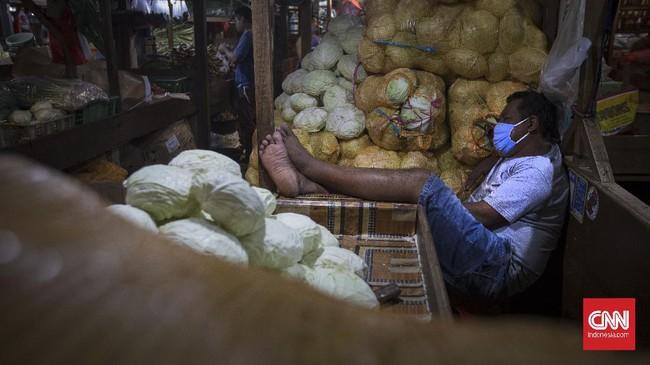 Pedagang beristirahat di salah satu pasar tradisional Jakarta, rabu, 24 Juni 2020.  Sejumlah pedagang mengeluhkan rendahnya penjualan akibat banyak warga yang sungkan ke pasar tradisional pasca ditemukannya sejumlah pedagag yang postif terkena virus corona.  Ikatan Pedagang Pasar Indonesia (IKAPPI) mencatat lebih dari 500 pedagang pada 13.450 pasar tradisional di Indonesia dinyatakan positif corona. (CNN Indonesia/ Adhi Wicaksono)