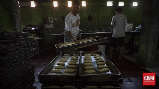 Aktivitas industri roti rumahan dikawasan Kebon Nanas, Jakarta. Rabu, 24 Juni 2020. Berdasarkan hasil survei yang dilakukan sejumlah lembaga dan Kementerian UMKM, wabah virus Corona memberikan dampak besar terhadap keberlangsungan UMKM. Sebanyak 47 persen usaha mikro. kecil, dan menengah (UMKM) harus gulung tikar karena terdampak pendemi virus corona Covid-19. CNN Indonesia/Adhi Wicaksono.