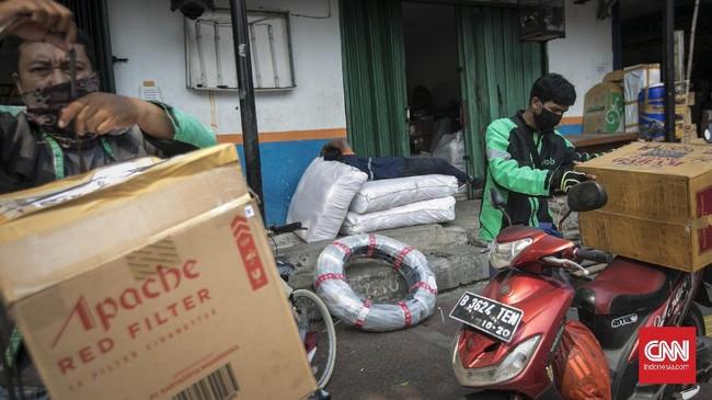 Aktivitas jasa pengiriman barang di Stasiun Senen. Jakarta, Rabu, 24 Juni 2020. Meski pengguna jasa pengiriman barang langsung ke konsumen melonjak tajam selama masa Pandemi virus corona atau Covid-19. Asosiasi Perusahaan Jasa Pengiriman Ekspres, Pos dan Logistik (Asperindo) menyatakan perusahaan perusahan jasa pengiriman yang memiliki pelanggan swasta serta pemerintah mengeluhkan terjadinya penurunan. Perusahaan yang basis customernya pemerintah, swasta, B to b (Business to Business) dan G to g (Government to Government), kini memang mengalami kesulitan. CNN Indonesia/Adhi Wicaksono.