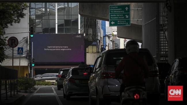 Iklan Layanan masyarakat terkait pandemi corona. Jakarta, Rabu, 24 Juni 2020.  Sebagai dampak dari penurunan pertumbuhan ekonomi pada 2020 ini yang diproyeksikan sebesar -0,4 persen sampai 1 persen, kesejahteraan rakyat juga akan terdampak, di mana data Kementerian Perencanaan Pembangunan Nasional (PPN) / Bappenasj umlah penduduk miskin diprediksi akan bertambah sebanyak 3,2 juta hingga 5,71 juta orang. CNN Indonesia/Adhi Wicaksono.