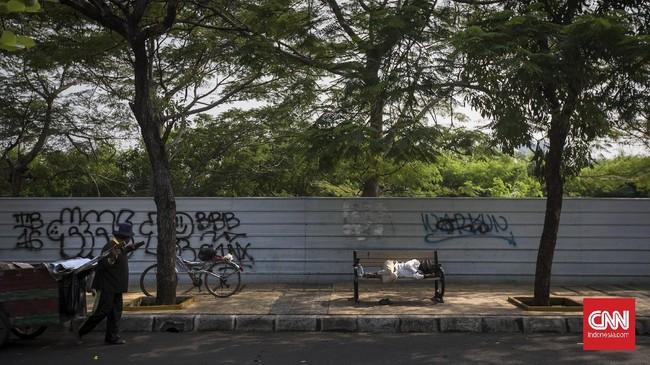 Warga beristirahat di trotoar jalan Kawasan Cempaka putih. Jakarta, Rabu, 24 Juni 2020.  Sebagai dampak dari penurunan pertumbuhan ekonomi pada 2020 ini yang diproyeksikan sebesar -0,4 persen sampai 1 persen, kesejahteraan rakyat juga akan terdampak, di mana data Kementerian Perencanaan Pembangunan Nasional (PPN) / Bappenasj umlah penduduk miskin diprediksi akan bertambah sebanyak 3,2 juta hingga 5,71 juta orang. CNN Indonesia/Adhi Wicaksono.
