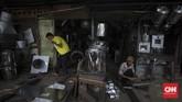 Perajin memproduksi kerajinan peralatan rumah tangga di sentra industri logam, Cawang, Jakarta. Rabu, 24 Juni 2020. Berdasarkan hasil survei yang dilakukan sejumlah lembaga dan Kementerian UMKM, wabah virus Corona memberikan dampak besar terhadap keberlangsungan UMKM. Sebanyak 47 persen usaha mikro. kecil, dan menengah (UMKM) harus gulung tikar karena terdampak pendemi virus corona Covid-19. CNN Indonesia/Adhi Wicaksono.