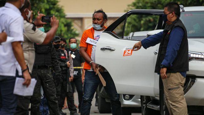 Tersangka yang juga anak buah John Kei memperagakan reka ulang penyerangan di Perumahan Green Lake City, Kota Tangerang, Banten, Rabu (24/6/2020). Rekonstruksi penyerangan terhadap rumah Nus Kei pada Minggu (21/6/2020) lalu mempergakan 43 adegan di lima lokasi berbeda. ANTARA FOTO/Fauzan/foc.