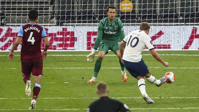 Tottenham's Harry Kane scores his team's second goal during the English Premier League soccer match between Tottenham Hotspur and West Ham at the Tottenham Hotspur stadium in London, England, Tuesday, June 23, 2020. (Julian Finney/Pool via AP)
