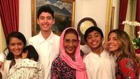 <p>Tahun lalu pun, Alfi merakan Hari Raya Idul Fitri bersama keluarganya. Nampak anak Susi lainnya, Nadine ikut hadir di tengah-tengah kebersamaan mereka. (Foto: Instagram @alvy_xavier)</p>