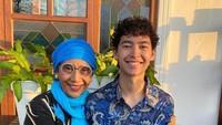 <p>Sedangkan pada Lebaran tahun ini, Alvy nampak merayakan bersama sang ibu di Pangandaran, Jawa Barat. Ganteng ya pakai batik. (Foto: Instagram @alvy_xavier)</p>
