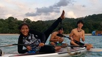 <p>Kedekatan Alvy dan Susi terlihat dari kebersamaan mereka. Ibu dan anak ini, sering paddling di laut lho. (Foto: Instagram @susipudjiastuti115)</p>
