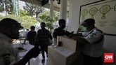 Petugas memeriksa syarat kelengkapan dokumen peserta BP Jamsostek sebelum memasuki ruang pelayanan di Kantor Cabang BP Jamsostek Salemba. Jakarta.
