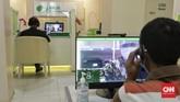 Peserta BP Jamsostek berkomunikasi dengan petugas pelayanan  secara daring saat mengurus klaim di Kantor Cabang BP Jamsostek Salemba, Jakarta. Untuk memutus penyebaran virus korona baru, BP Jamsostek menerapkan protokol pelayanan secara daring. (CNN Indonesia/ Adhi Wicaksono)