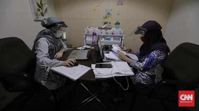 Petugas pelayanan BP Jamsostek di Kantor Cabang BP Jamsostek Salemba. Jakarta, sedang melakukan percakapan daring dengan peserta BP Jamsostek yang tengah mengurus klaim, Kamis, 25 Juni 2020. Untuk memutus penyebaran virus korona baru, BP Jamsostek menerapkan protokol pelayanan secara daring