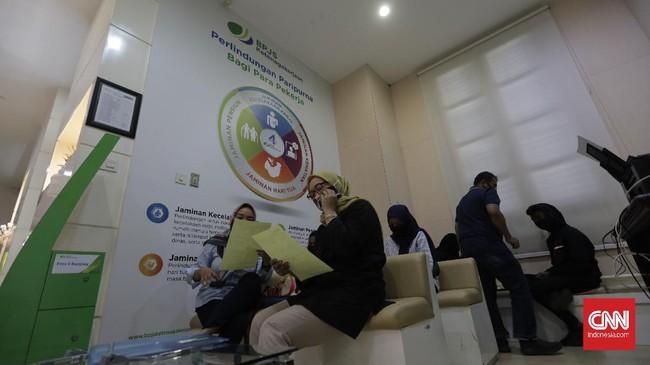 Di tengah pandemi corona, Badan Penyelenggara Jaminan Sosial Ketenagakerjaan (BP Jamsostek) memaksimalkan pelayanan dalam jaringan (daring). Hal ini dilakukan melalui protokol layaan tanpa kontak fisik.(CNN Indonesia/ Adhi Wicaksono)