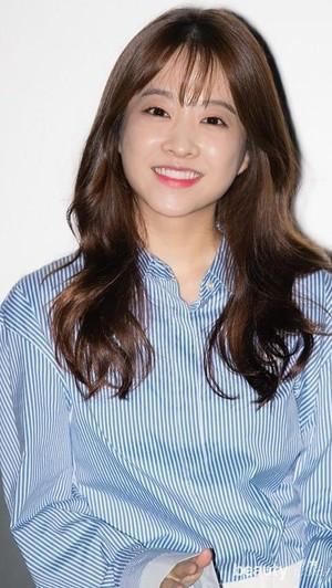 Park Bo Young memakai produk antiaging agar kulit wajahnya tetap awet muda, kenyal, serta sehat.