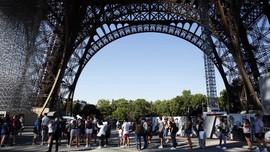 FOTO: Melupakan Curam Demi Rindu ke Menara Eiffel