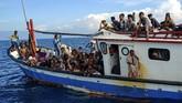 Pengungsi etnis Rohingya berada di atas kapal KM Nelayan 2017.811 milik nelayan Indonesia di pesisir Pantai Seunuddon. Kecamatan Seunuddon, Aceh Utara, Aceh. Rabu (24/6/2020). Sebanyak 94 orang pengungsi etnis Rohingya, terdiri dari 15 orang laki-laki, 49 orang perempuan dan 30 orang anak-anak  ditemukan terdampar sekitar 4 mil dari pesisir Pantai Seunuddon.  ANTARA FOTO/Rahmad/Lmo/foc.