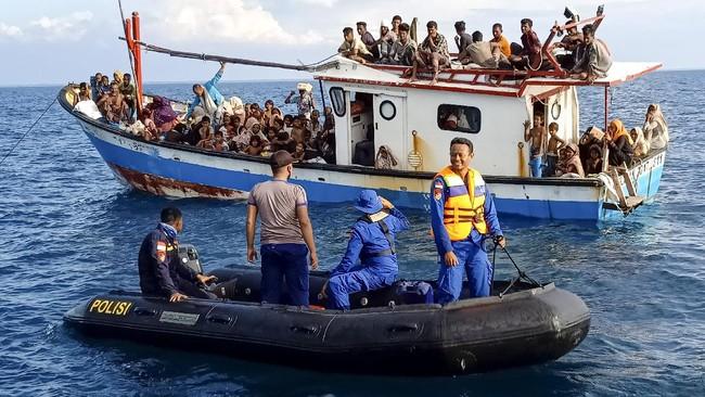 Pengungsi etnis Rohingya berada di atas kapal KM Nelayan 2017.811 milik nelayan Indonesia di pesisir Pantai Seunuddon. Kecamatan Seunuddon, Aceh Utara, Aceh, Rabu (24/6/2020). Sebanyak 94 orang pengungsi etnis Rohingya, terdiri dari 15 orang laki-laki, 49 orang perempuan dan 30 orang anak-anak  ditemukan terdampar sekitar 4 mil dari pesisir Pantai Seunuddon.  ANTARA FOTO/Rahmad/Lmo/foc.