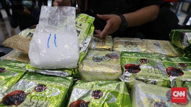 Polda Sumut menggagalkan upaya penyelundupan 16 kg paket sabu jaringan Ria-Sumut-Aceh-Medan melalui sepatu dan paket Natal.