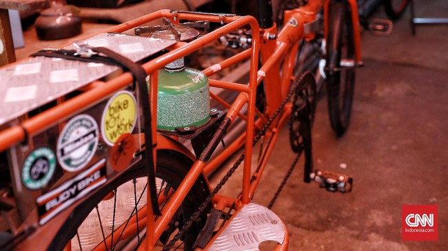 Sepeda kargo,  begitu beberapa orang menyebutnya. Ini seperti sepeda yang dikombinasikan dengan bak terbuka pada mobil niaga. Kamis (25/6/2020). CNN Indonesia/Andry Novelino
