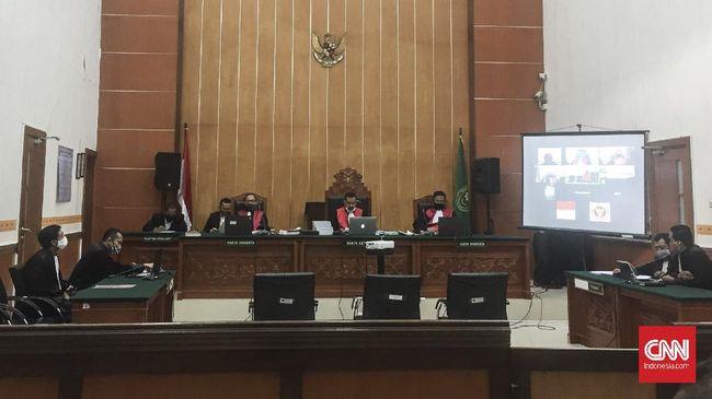 Sidang putusan terhadap terdakwa kasus penusukan terhadap eks Menteri Koordinator Bidang Politik, Hukum dan Keamanan (Menko Polhukam) Wiranto Majeis Hakim Pengadilan Negeri Jakarta Barat, Kamis (25/6).