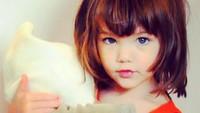 <p>Matanya yang berwarna kebiruan juga semakin membuatnya terlihat rupawan. Bak model kecil yang menggemaskan. (Foto: Instagram @katieholmes212)</p>