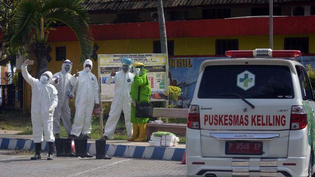 Sejumlah petugas kesehatan berswafoto sebelum memeriksa kesehatan warga karantina di Hotel Sidomuncul 1, kawasan Wisata Bahari Pasir Putih, Bungatan, Situbondo, Jawa Timur, Sabtu (13/6/2020). Gugus Tugas Percepatan Penanganan COVID-19 mengarantina 40 warga yang terkonfirmasi positif dan reaktif dari hasil tes cepat (rapid test), untuk memutus mata rantai penularan virus. ANTARA FOTO/Seno/hp.