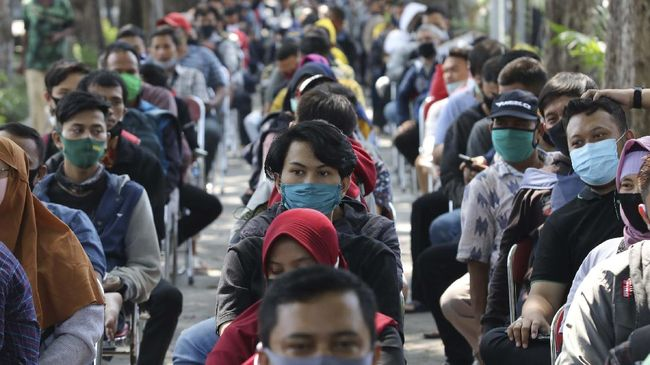 Warga antre untuk mengikuti tes diagnostik cepat (Rapid Test) COVID-19 di Tempat Pemakaman Umum (TPU) Ngagel, Surabaya, Jawa Timur, Senin (8/6/2020). Badan Intelijen Negara (BIN) terus melakukan tes diagnostik cepat (Rapid Test) dan tes usap (Swab Test) COVID-19  terhadap warga Kota Surabaya sejak Jumat (29/5/2020) untuk memutus rantai penularan COVID-19. ANTARA FOTO/Didik Suhartono/wsj.
