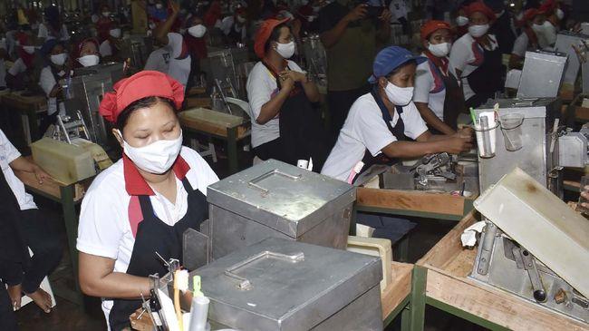 Studi Organisasi Buruh Internasional (ILO) mencatat pendapatan tenaga kerja dunia merosot seiring berkurangnya jam kerja di tengah pandemi corona.