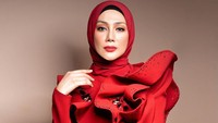 <p>Dengan gaun merah ini, Erra nampak sangat cantik dan anggun ya, Bunda. (Foto: Instagram @errafazira)</p>