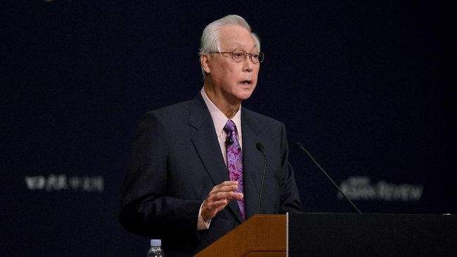 Former Singapore prime minister Goh Chok Tong gestures as he delivers a speech during an international conference in Tokyo on June 5, 2017. - Goh took park in the annual two-day conference. (Photo by Toru YAMANAKA / AFP)