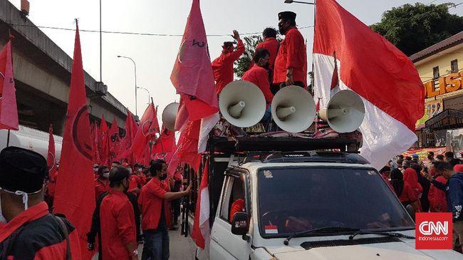 Massa dari sejumlah kader dan anggota DPC PDI Perjuangan mulai memadati depan Polres Jakarta Utara, Jumat (26/6). Mereka meminta kepolisian mengusut insiden pembakaran bendera PDI Perjuangan oleh sejumlah orang dalam aksi demonstrasi menolak RUU Haluan Ideologi Pancasila (HIP) pada Rabu (24/6).