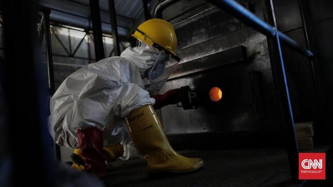 Petugas melakukan proses pembakaran limbah medis dengan menggunakan incinerator di RSCM, Jakarta, Jumat, 26 Juni 2020. CNN Indonesia/Adhi Wicaksono