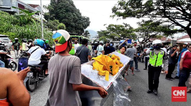 Warga Ambon membuang peti mayat setelah merampas jenazah dari ambulans dikawasan jalan Jenderal Sudirman, Desa Batu Merah, Kota Ambon, Maluku. Jumat, (26/6).