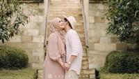 <p>Mereka memilih berlibur ke Yogyakarta dan Jawa Tengah. Di sana, mereka memilih resort yang indah banget dengan view Candi Borobudur. (Foto: Instagram @citraciki)</p>