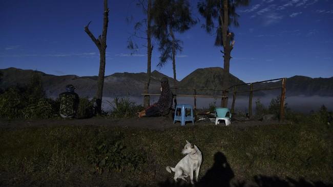 Warga menikmati pemandangan di kawasan Gunung Bromo,  di Probolinggo, Jawa Timur, Sabtu (27/6/2020). Pembukaan kawasan wisata Gunung Bromo di era normal baru ini menunggu rekomendasi Gugus Tugas COVID-19 terkait penerapan protokol kesehatan untuk kawasan wisata.  ANTARA FOTO/Zabur Karuru/hp.