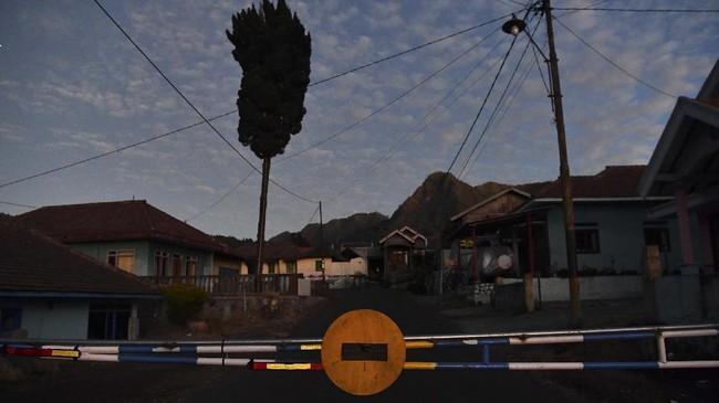 Suasana salah satu pos jaga pintu masuk di  kawasan Taman Nasional Bromo Tengger Semeru di Probolinggo, Jawa Timur, Sabtu (27/6/2020). Pembukaan kawasan wisata Gunung Bromo di era normal baru ini menunggu rekomendasi Gugus Tugas COVID-19 terkait penerapan protokol kesehatan untuk kawasan wisata.  ANTARA FOTO/Zabur Karuru/hp.