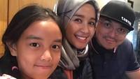 """<p>Tidak hanya fotonya berdua dengan Laudya Cynthia Bella,<a href=""""https://www.haibunda.com/trending/20200627182315-93-148647/eks-istri-engku-emran-unggah-meme-suami-buaya-netizen-heboh"""" target=""""_blank"""">Engku Emran</a> juga masih menyimpan foto bertiga dengan putrinya, Aleesya. (Foto: Instagram @narmaeukgne)</p>"""