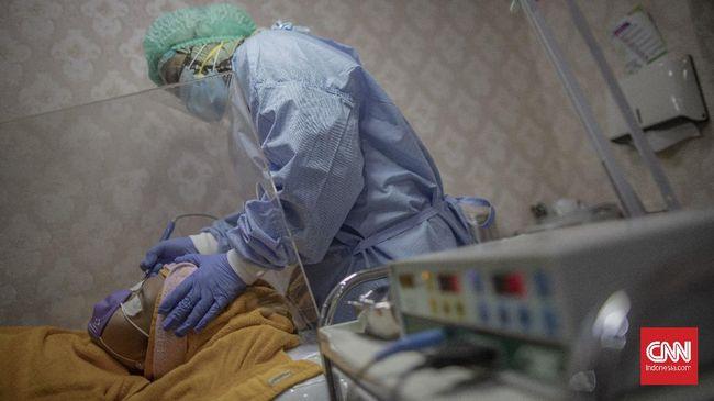 Dokter Kecantikan menggunakan masker, pelindung wajah serta APD saat melakukan perawatan kulit wajah di salah satu klinik kecantikan di kawasan Manggarai, Jakarta, Sabtu, 27 Juni 2020. Perawatan wajah dengan protokol kesehatan tetap menjadi prioritas klinik kecantikan guna mengantisipasi penularan COVID-19. CNN Indonesia/Bisma Septalisma