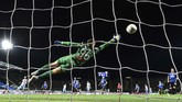 Atalanta's Italian goalkeeper Pierluigi Gollini concedes the second goal from Lazio's Serbian midfielder Sergej Milinkovic-Savic (4thL Rear) during the Italian Serie A football match Atalanta vs Lazio played on June 24, 2020 behind closed doors at the Atleti Azzurri d'Italia stadium in Bergamo, as the country eases its lockdown aimed at curbing the spread of the COVID-19 infection, caused by the novel coronavirus. (Photo by Miguel MEDINA / AFP)