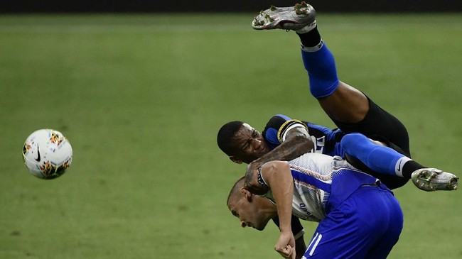 Inter Milan's English midfielder Ashley Young (Top) collides with Sampdoria's Uruguayan midfielder Gaston Ramirez during the Italian Serie A football match Inter vs Sampdoria, played on June 21, 2020 at the Giuseppe Meazza stadium in Milan, behind closed doors as the country gradually eases its lockdown aimed at curbing the spread of the COVID-19 infection, caused by the novel coronavirus. (Photo by Filippo MONTEFORTE / AFP)