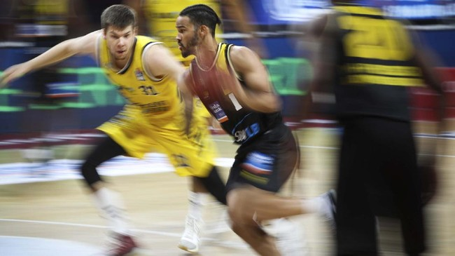 MHP Riesen Ludwigsburg's US shooting guard Nick Weiler-Babb (C) and Alba Berlin's lithuanian small forward Rokas Giedraitis (L) vie during the German basketball Bundesliga final first-leg match between Alba Berlin and MHP Riesen Ludwigsburg in Munich, southern Germany on June 26, 2020. (Photo by Adam Pretty / POOL / AFP)