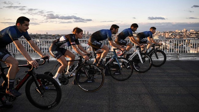 Riders of French E-cycling team Punchers Club exercise on home trainers during a training session, in Paris on June 20, 2020 before participating in a virtual Tour de France in July. (Photo by Anne-Christine POUJOULAT / AFP)
