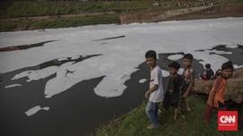 Warga DKI Jadikan Limbah Serupa Salju di BKT Hiburan Gratis